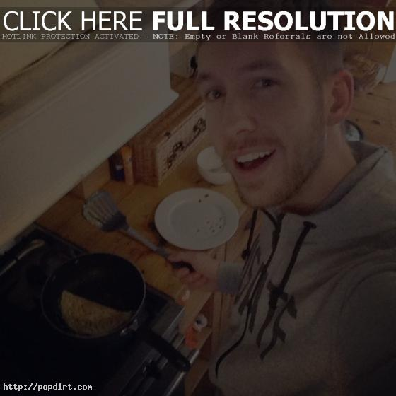 Calvin Harris makes an omlette