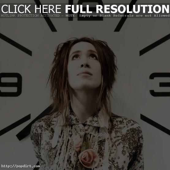 Imogen Heap before a clock